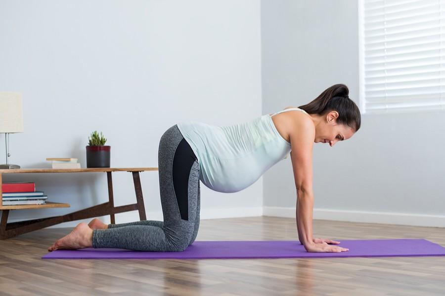 zwangere vrouw doet oefeningen voor bevalling