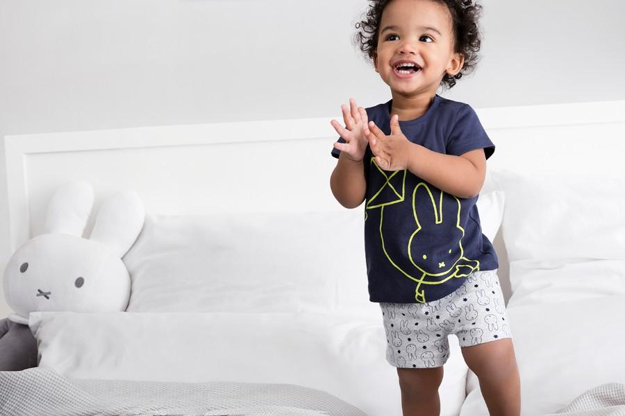 C&A jongetje draagt kleding van biokatoen