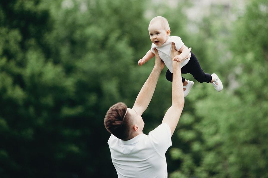 Vader spaart geld voor zijn baby