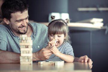 Papa en peuter spelen samen spelletje als beloning