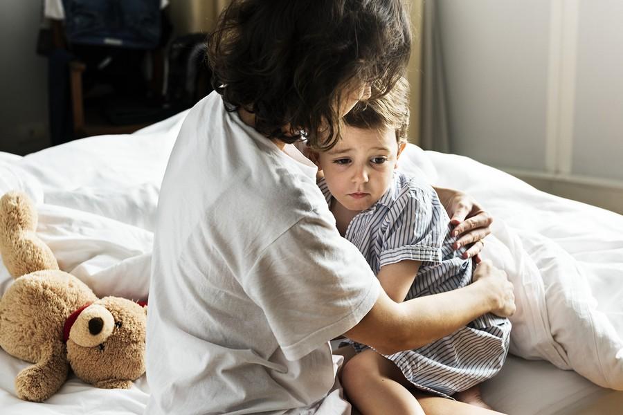 Peuter met slaapproblemen wordt getroost door moeder