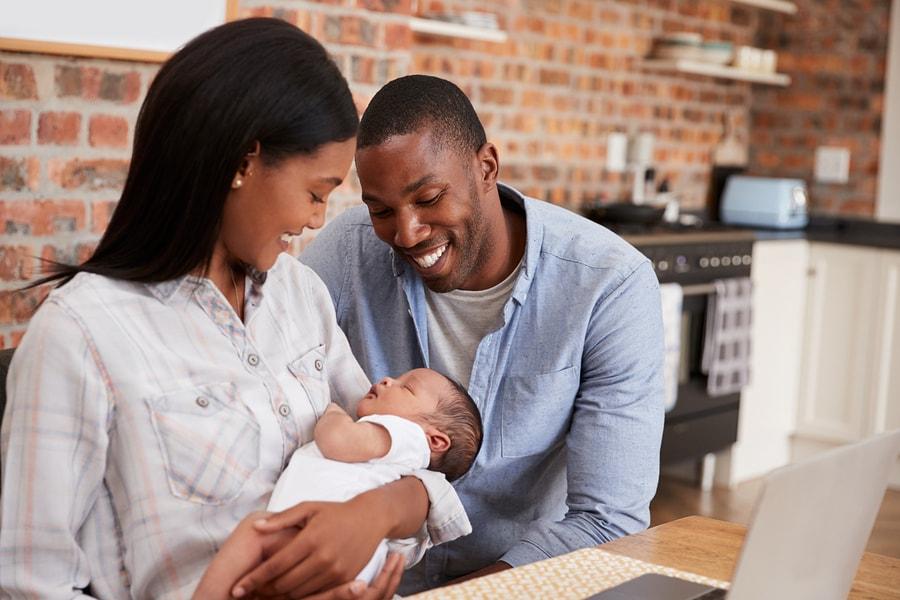 Vader en moeder openen spaarrekening voor hun baby