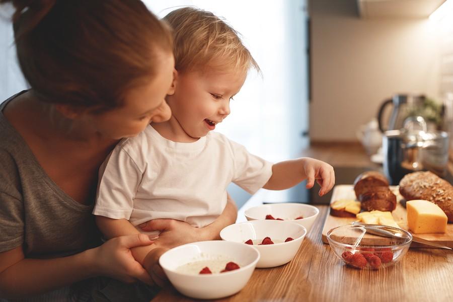 Moeder en peuter maken gezond ontbijt samen