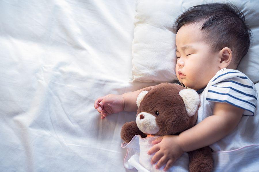 Bedplassen: peuter slaapt rustig door met zijn beer