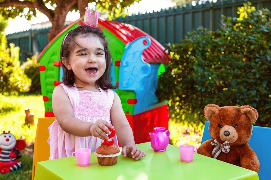 Peuterverjaardag met blije peuter en beer op het kinderfeestje