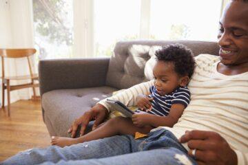 Vader en peuter spelen op kindertablet