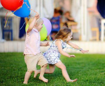 Spelende peuters op kinderfeestje van een peuterverjaardag