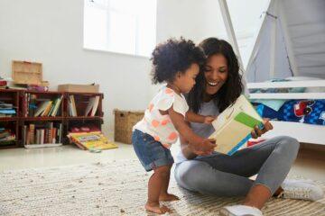 Moeder en peuter bezig met voorlezen
