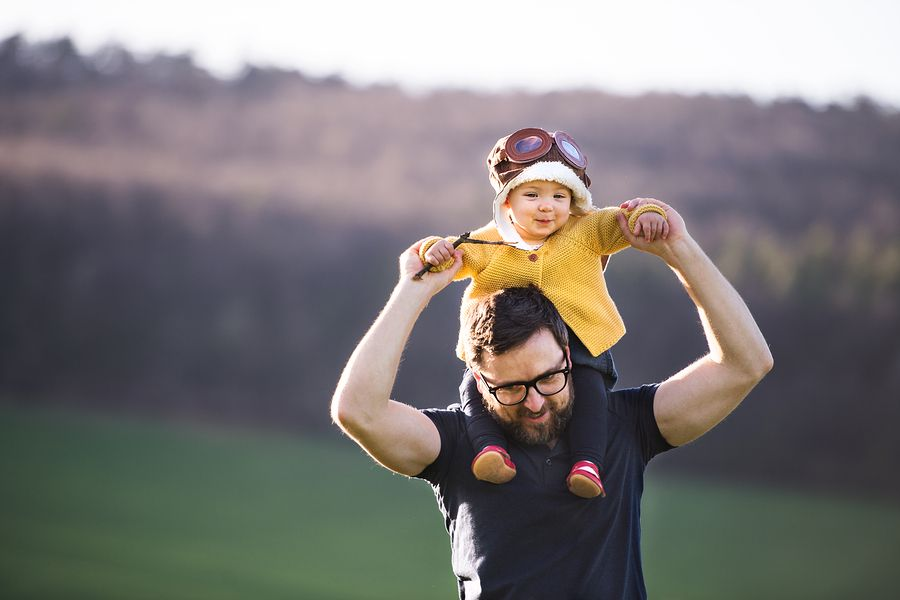 Vader speelt met peuter en vergroot zo het zelfvertrouwen van zijn peuter