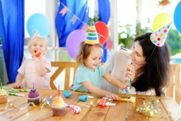 Peuter trakteert kindertraktaties op kinderdagverblijf met verjaardag