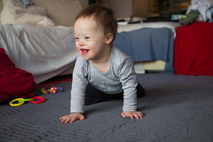 Kindje met Downsyndroom kruipt door slaapkamer
