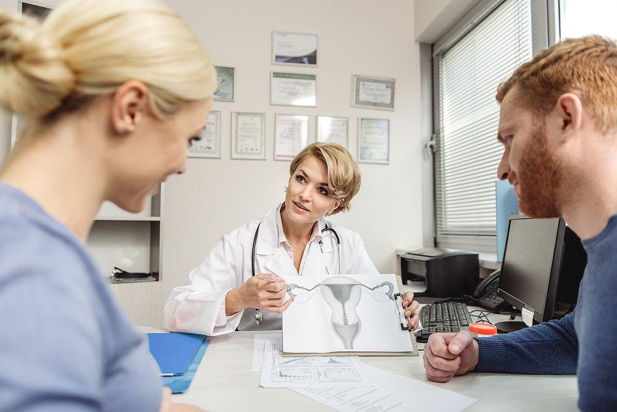 Stel zit bij gynaecoloog en krijgt uitleg over zwanger worden met Clomid