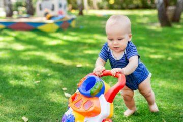 Baby met loopwagen