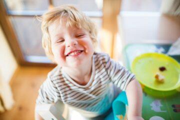 Peutergebit met melktandjes die peuter nog moet wisselen