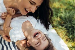Moeder en peuter zijn gelukkig en knuffelen wat opvoeding bevordert