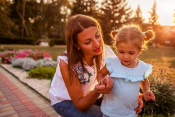 Moeder legt peuterdochter gedragsregels uit en stelt zo grenzen