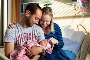 Tim en Nicole met hun pasgeboren dochter Lindy