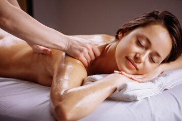 Vrouw geniet van massage en mama me-time