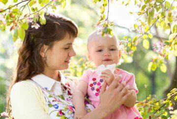 Moeder helpt baby met neus snuiten