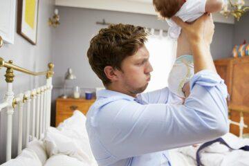 Vader controleert luier van baby
