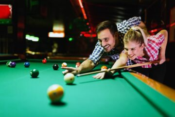 Date ideeën voor ouders: koppel speelt samen pool