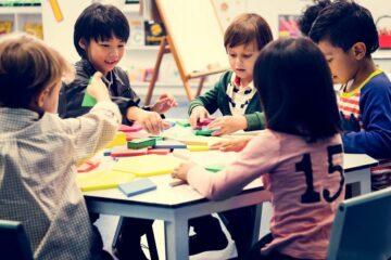 kinderen op basisschool spelen op eerste schooldag