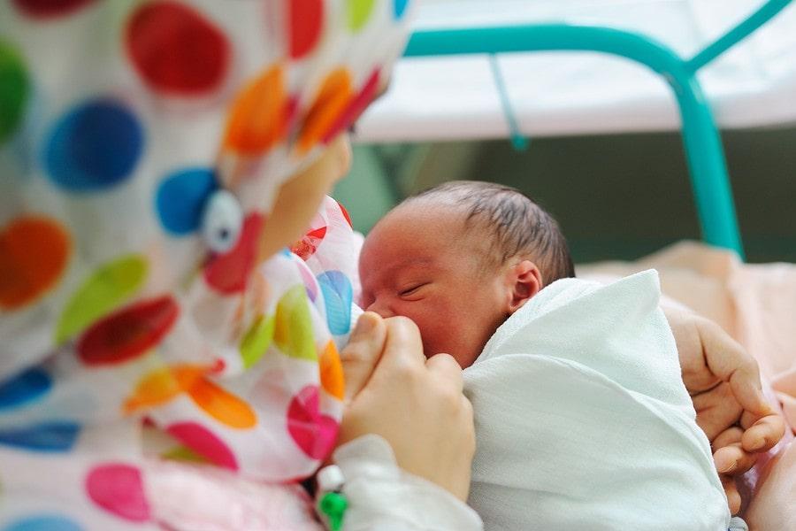 Moeder geeft baby van 1 week oud borstvoeding