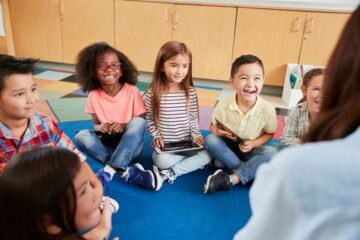 Kinderen zitten in kring op basisschool
