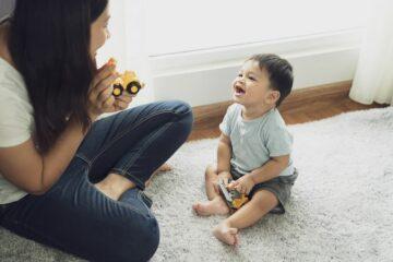 baby praat eerste woordjes tegen moeder