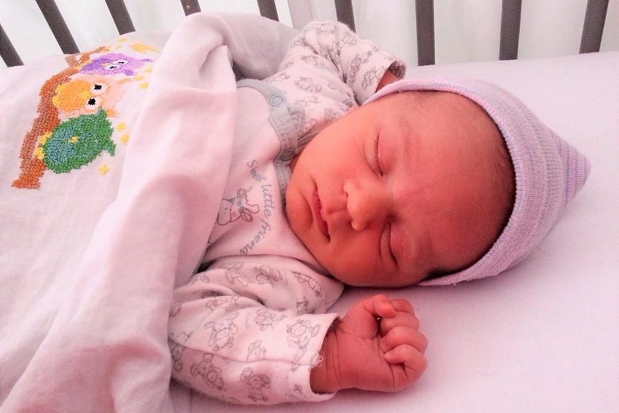 Pasgeboren baby ligt te slapen dat is geluk