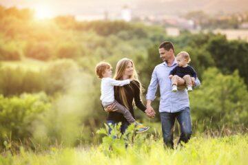gezin met twee kinderen in gelukkige relatie na komst tweede kindje