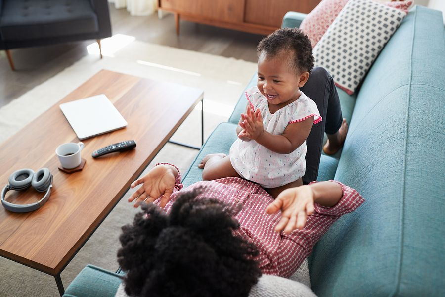 gebaren baby zwaaien, klappen, wijzen