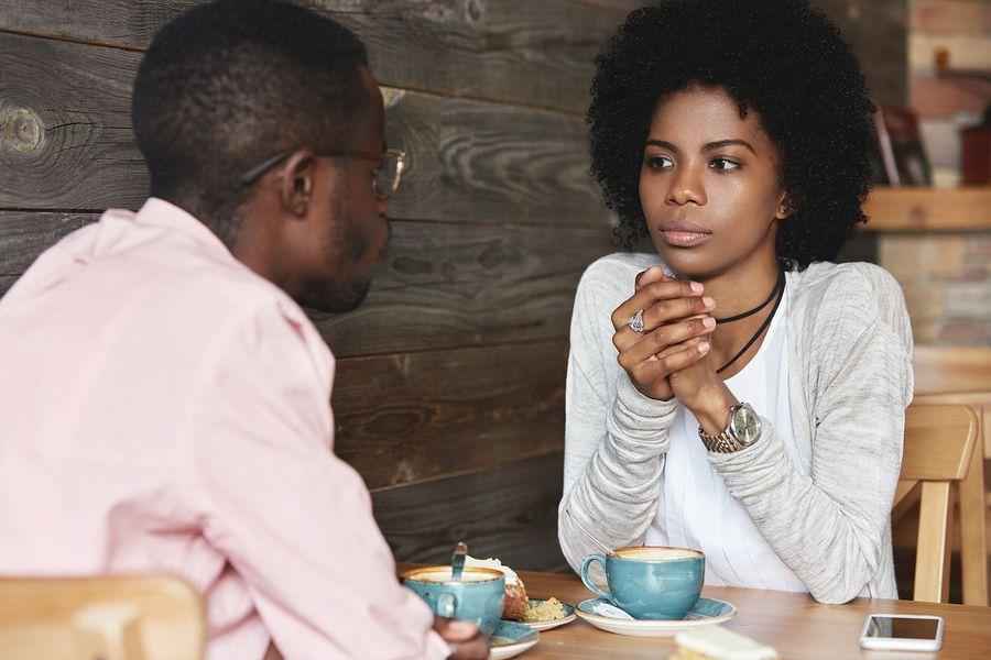 stel in cafe bezig met communicatie terwijl ze boos zijn op elkaar