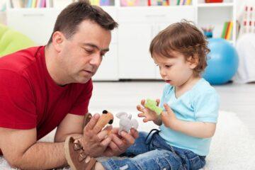 Vader en peuter spelen met vingerpoppetjes