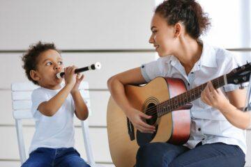 Peuter van 3 jaar maakt muziek met zijn moeder