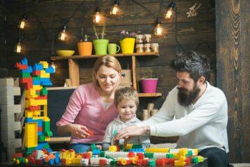 Peuter speelt met ouders met constructiespeelgoed