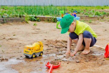 Peuter speelt met modder, het leukste speelgoed