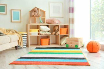 Mooi kleurrijk vloerkleed op een frisse kinderkamer