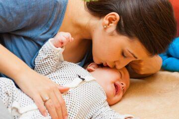 moeder troost baby met babykwaaltjes