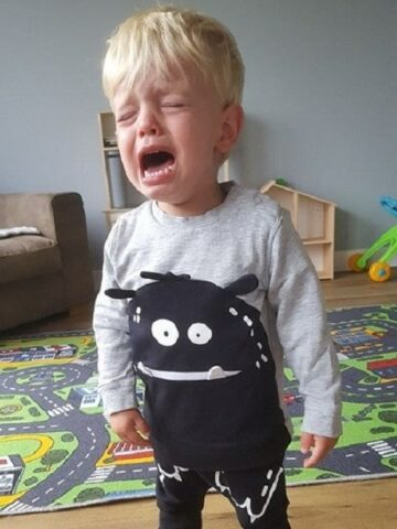 Peuter huilt want hij wil niet op de foto