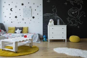 kinderkamer met muurdecoratie sterren en maan