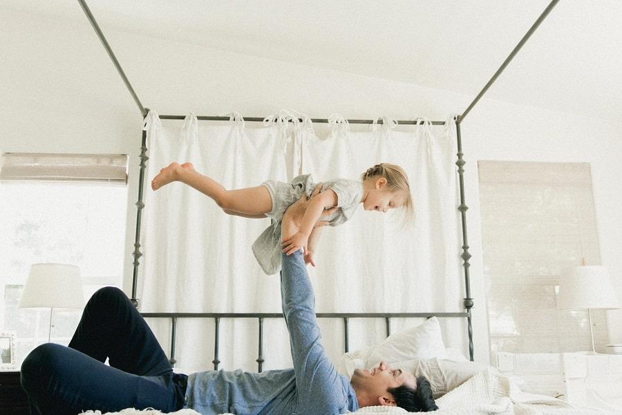 Vader speel peuterspelletjes met kind van 3 jaar