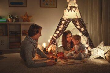 peuter speelt met ouders in kinderkamer met gezellige verlichting