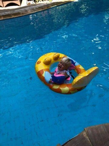 Peuter huilt in zwembad