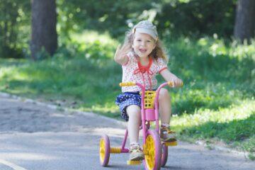 2-jarig meisje op driewielerfiets