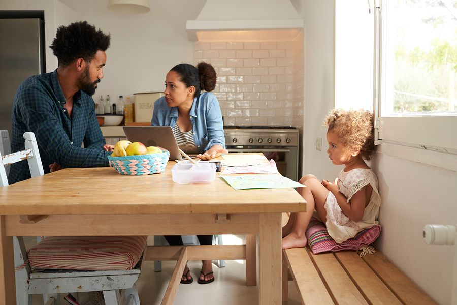 ouders die gaan scheiden maken een ouderschapsplan, kindje zit erbij in de keuken