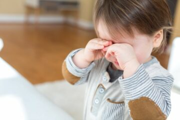 Verdrietig jongetje huilt vanwege scheiding ouders