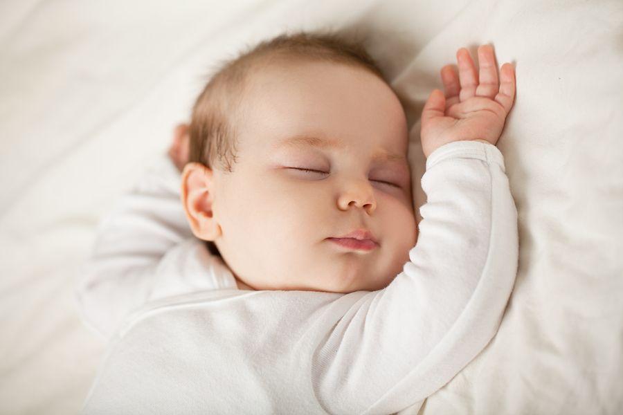 Slapende baby begeleid door kinderslaapcoaches