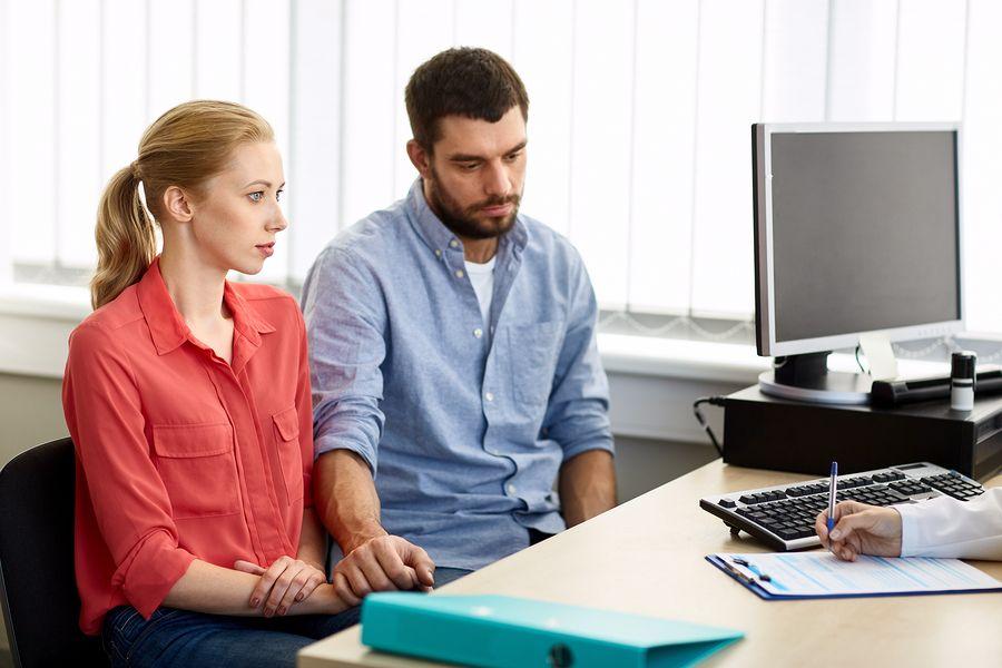 Man met azoospermie zit met vrouw bij uroloog voor een mesa-, pesa-, tese-behandeling