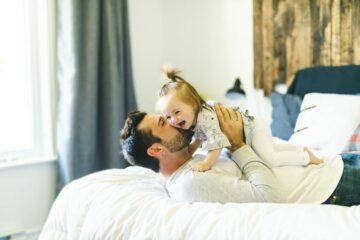 Betrokken vaderschap: vader knuffelt met zijn dochter